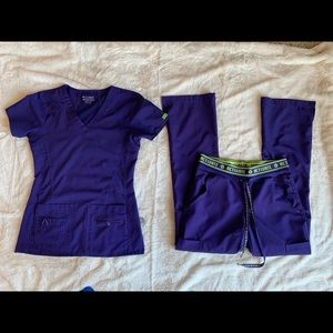 V-Neck Scrub Top & Yoga 2 Cargo Pocket Pant